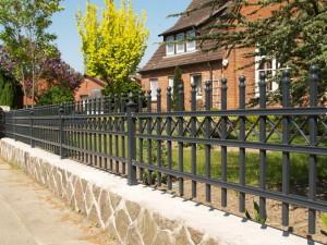 Grauer Zaun auf Mauer