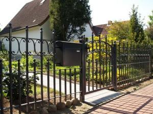 Zaun mit Tor und Briefkasten