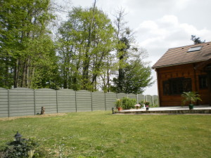 Betonzaun in Holzoptik